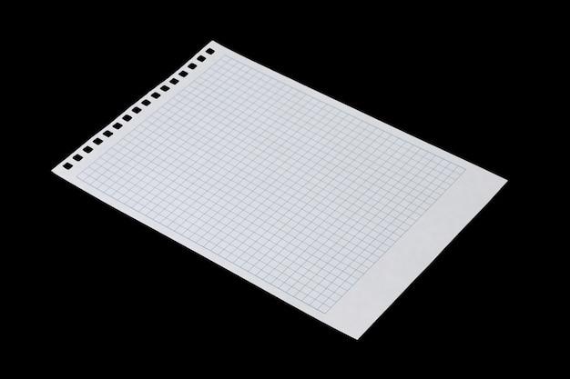 Ein weißes blatt papier zum schreiben in einen käfig mit löchern für eine feder