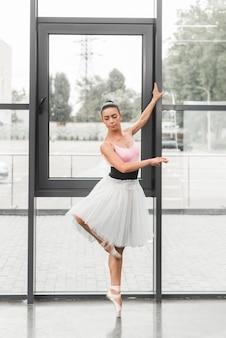 Ein würdevoller weiblicher tänzer des klassischen balletts auf pointe schuhen