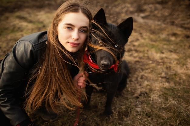 Ein wunderbares porträt eines mädchens und ihres hundes mit bunten augen.