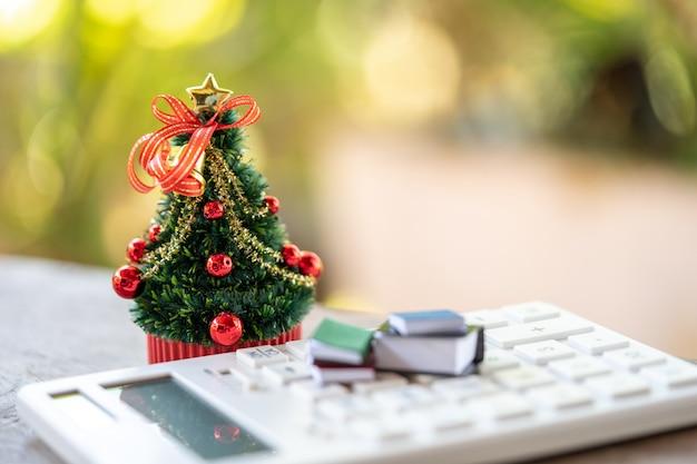 Ein wunderschön verzierter weihnachtsbaum auf einem weißen rechner platziert