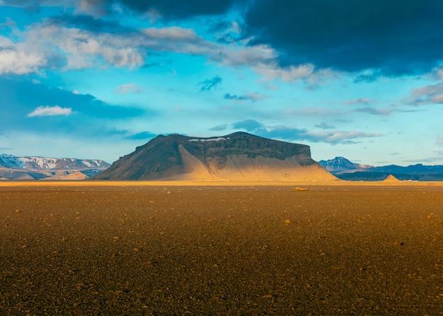 Ein wunderschöner einzelner felsen in einer wüste