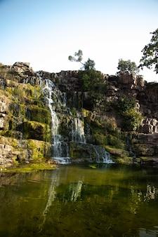 Ein wunderschöner schuss wasser, das die klippe hinunterfließt