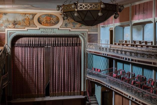 Ein wunderschönes altes theater, jetzt verlassen.