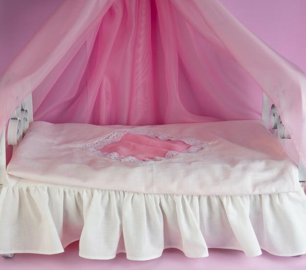 Ein zartes schlafzimmer für eine puppe oder ein haustier, ein dekor für ein fotoshooting.