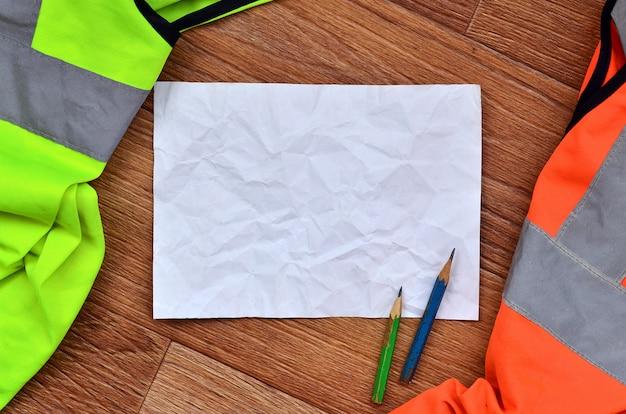 Ein zerknittertes blatt papier mit zwei stiften
