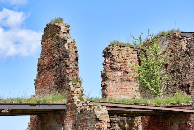 Ein zerstörtes backsteingebäude auf dem territorium der festung oreschek