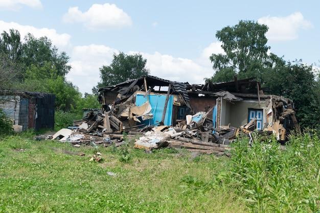 Ein zerstörtes wohnhaus als illustration eines erdbebens