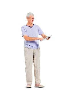 Ein zufälliger reifer erwachsener mann, der seine digitale tablette bei der stellung verwendet
