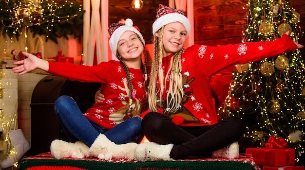 Einander lieben. sind sie bereit. glückliche kleine mädchen hat weihnachtsstimmung. silvesterparty feiern. schwestern verbringen den familienurlaub zusammen. weihnachtsmann kinder. einkaufszentrum. kinderladen. frohe weihnachten.