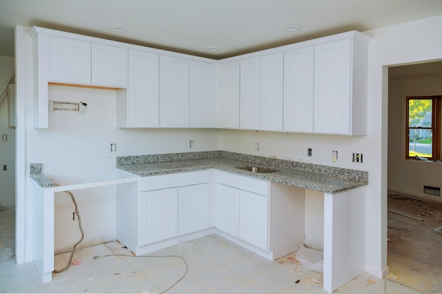 Einbau eines neuen induktionskochfeldes in eine moderne küche