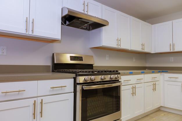 Einbau eines neuen induktionskochfelds in moderne küche