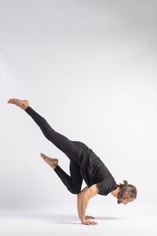 Einbeiniger kranich-pose. yoga-haltung (asana)