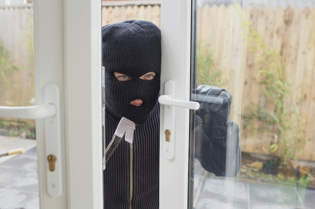 Einbrecher, der die tür öffnet