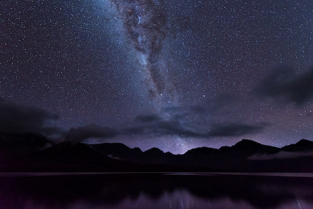 Eindeutig milchstraße über dem see segara anak innerhalb des kraters von rinjani berg