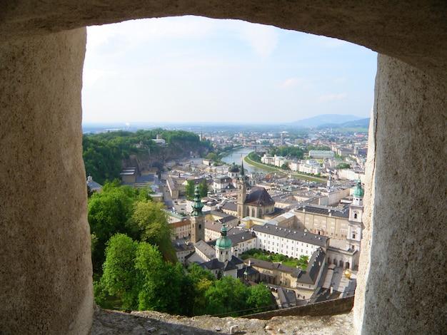 Eindrucksvolle stadtansicht vom wall von hohensalzburg in salzburg, österreich