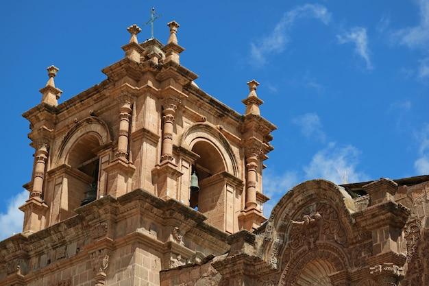 Eindrucksvoller glockenturm der puno-kathedrale gegen blauen himmel, puno, peru