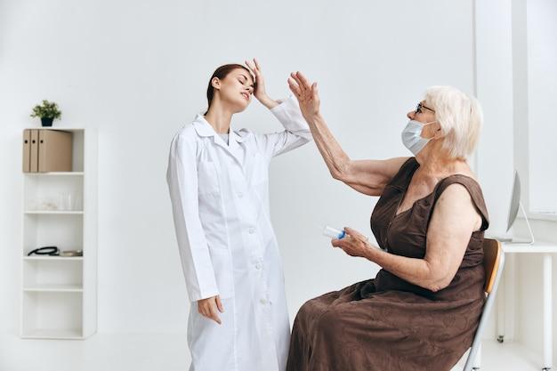 Eine ältere frau bei einem arzttermin eine große spritze immunschutz