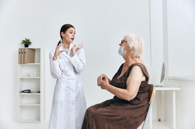 Eine ältere frau beim arzttermin spritzeninjektion immunschutz