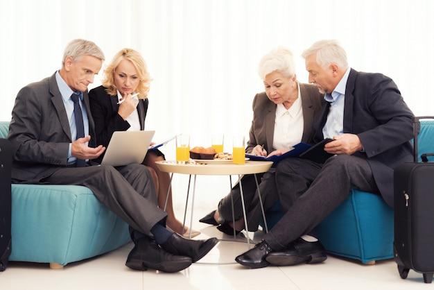 Eine ältere frau und ein älterer mann sitzen auf der couch