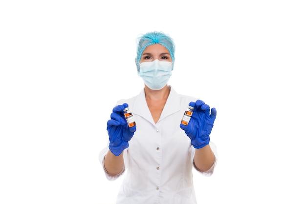 Eine ärztin hält ampullen mit einem impfstoff gegen die schreckliche krankheit covid 19 in den händen