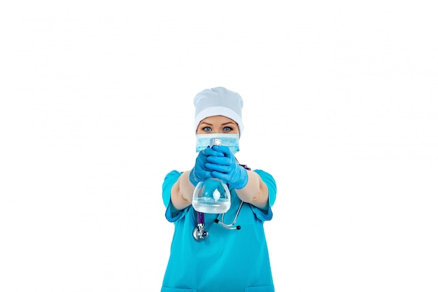 Eine ärztin in uniform benutzt ein desinfektionsspray und hält es vor sich