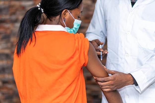 Eine afrikanerin lässt sich impfen