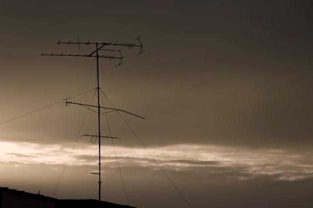 Eine alte antenne auf dem dach