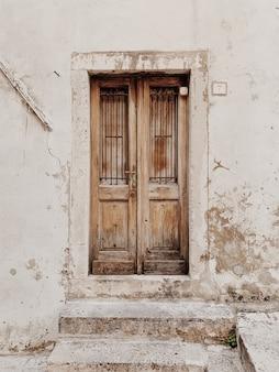 Eine alte beige beige holztür. traditionelle europäische architektur.