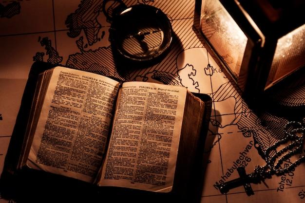 Eine alte bibel auf einem holztisch