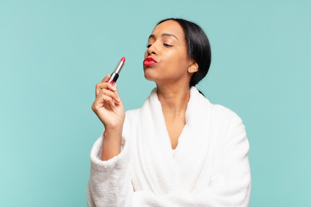 Eine amerikanische hübsche frau. stolzer ausdruck make-up-konzept