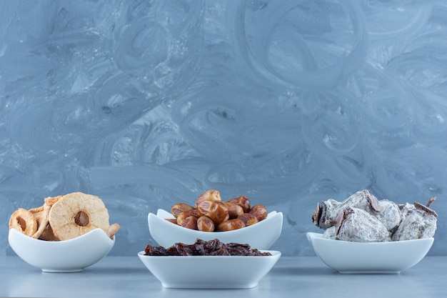 Eine anordnung verschiedener türkischer köstlichkeiten auf einem holzbrett auf einem marmortisch.