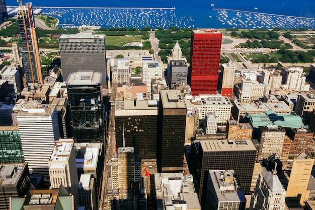 Eine ansicht an einem tag mit den wolken, die über chicago-stadt im stadtzentrum gelegen rollen