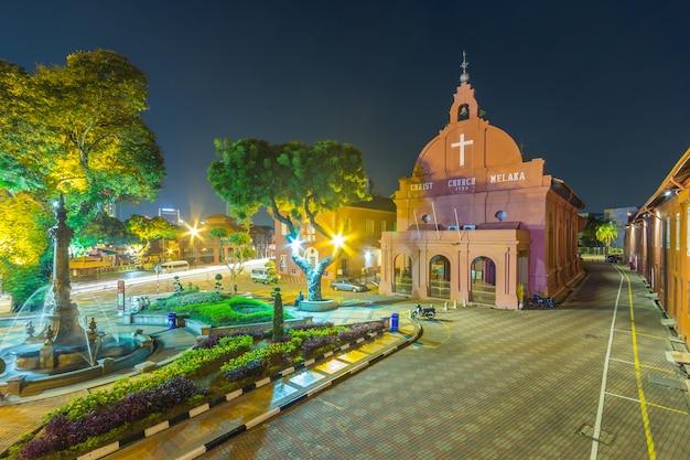Eine ansicht von christ church & von dutch square in malakka, malaysia.