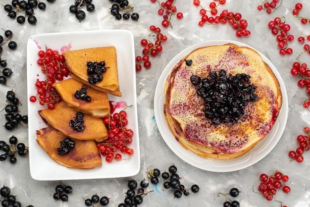 Eine ansicht von oben köstliche pfannkuchen lecker mit preiselbeeren und blaubeeren