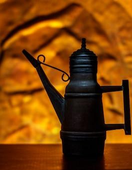Eine antike menage mit goldenem und beleuchtetem hintergrund.