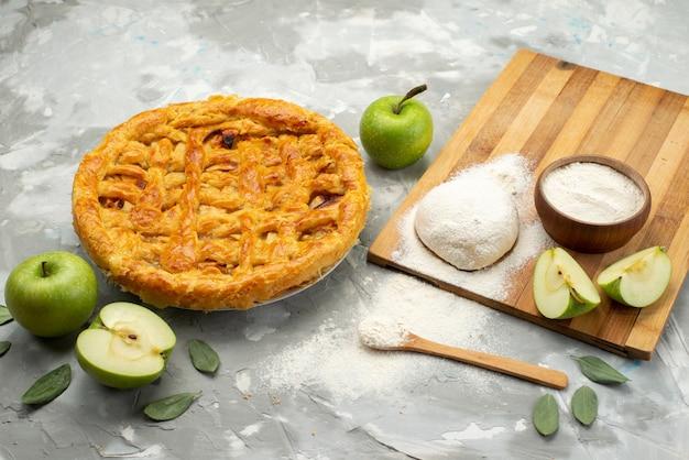 Eine apfelkuchenrunde mit vorderansicht bildete sich köstlich mit frischem apfelmehl auf der weißen schreibtischkuchen-keksfrucht