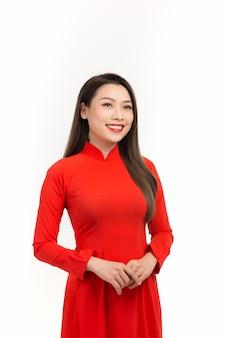 Eine asiatische frau in ao dai, vietnamesischer brauch in lunar new year