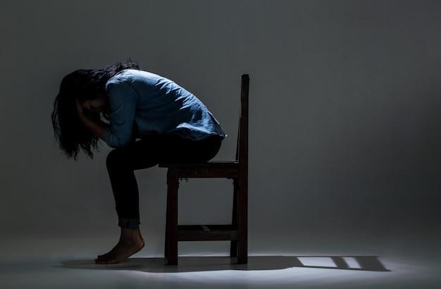 Eine asiatische frau leidet unter depressionen.