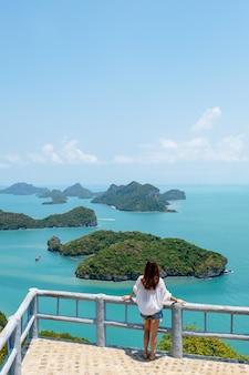 Eine asiatische frau mit schöner ansicht von mu koh angthong, samui island, surat thani, thailand