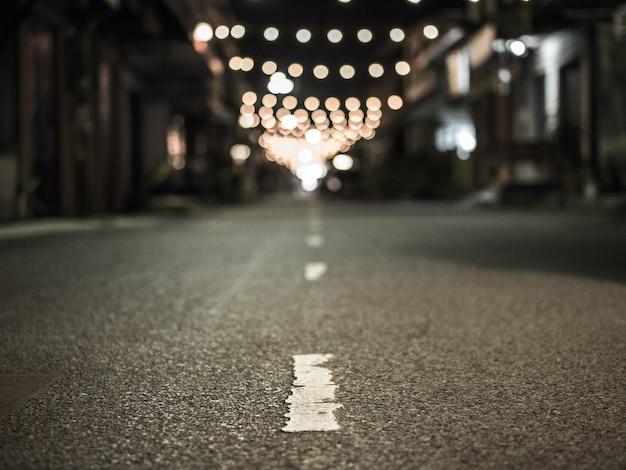 Eine asphaltstraße mit bokeh hintergrund