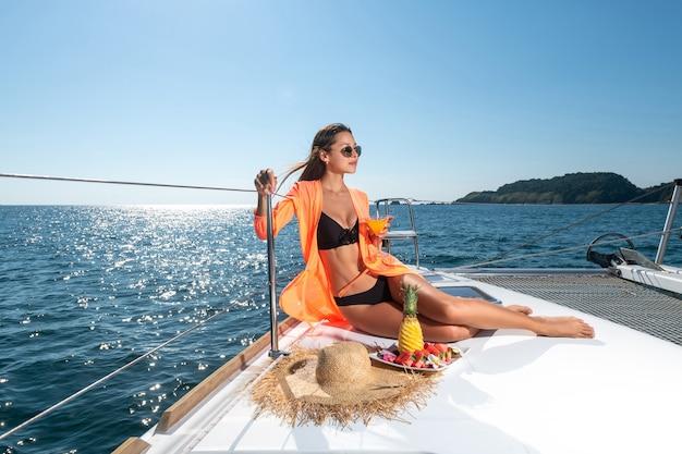 Eine attraktive frau auf der yacht