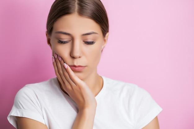 Eine attraktive frau hat schmerzhafte zahnschmerzen