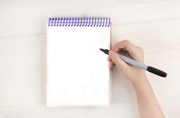 Eine aufgabenliste in einem notizblock über spiralen