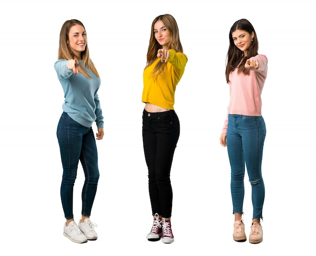 Eine aufnahme einer gruppe von personen mit bunter kleidung zeigt in voller länge finger auf sie