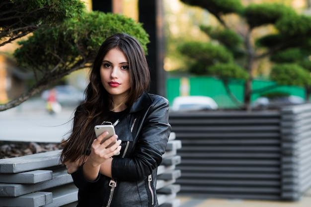Eine aufnahme eines studenten, der draußen am telefon spricht
