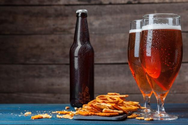 Eine auswahl an bier und snacks