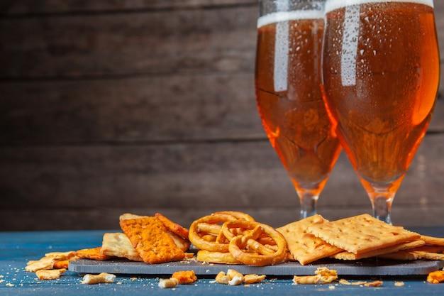 Eine auswahl an bieren und snacks