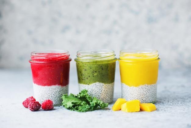 Eine auswahl an gesundem vegetarischem pudding mit chiasamen und einer vielzahl von obst und gemüse, sauberes essen, selektiver fokus