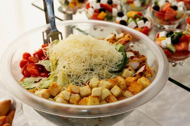 Eine auswahl an salaten auf dem buffettisch. catering für geschäftstreffen, veranstaltungen und feiern.