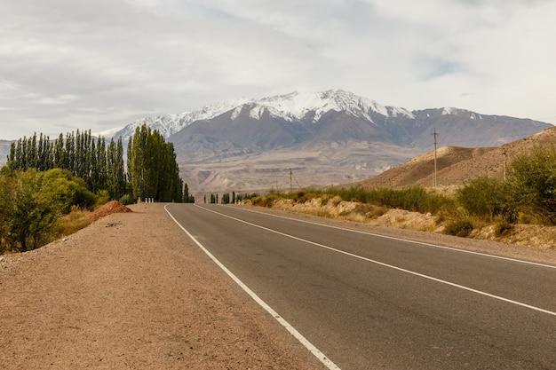 Eine autobahn 367, die in der region naryn in kirgisistan in der nähe des dorfes aral vorbeiführt